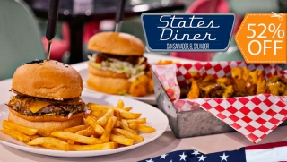 [Imagen:States Diner: 2 Classic Cheeseburger + Chili Cheese Fries + 2 Sodas con Refill]